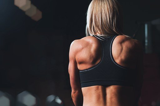 ejercicios-triceps-mancuernas-mujer