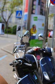 moto-y-coche-en-plaza-de-garaje