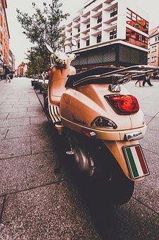 se-puede-estacionar-una-moto-en-la-acera